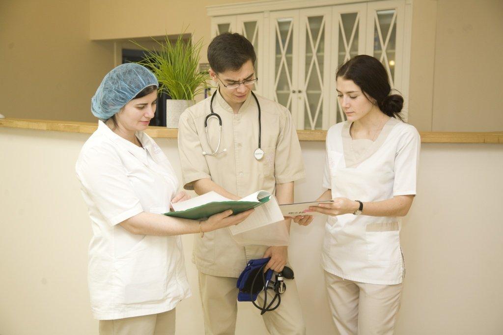 Боль в правом подреберье сзади со спины: причины, диагностика и лечение