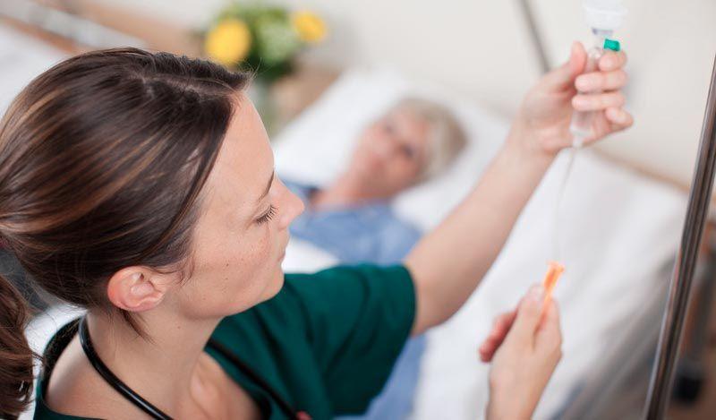 уход медсестры за тяжелобольным человеком